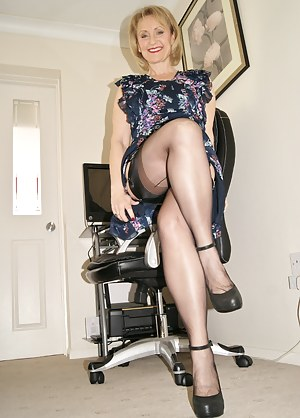 Well here I am again guys the MILF you love to wank over, and I want to wank with you this week, I just love fingering a
