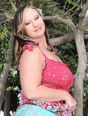 Mature BBW Mary Jane from AllOver30 gets naked and spreads