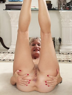 Blonde cougar Lisa Cognee plays with her older twat.