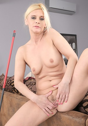 Cute 45 year old Starlet from AllOver30 using her fings to get off here