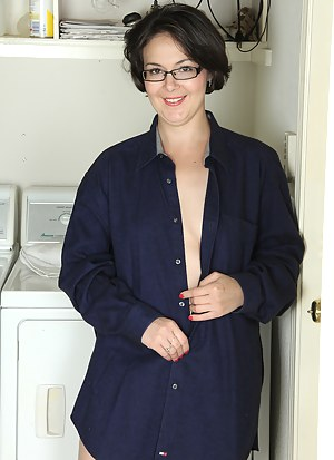 33 year old Calita Jones slips off her clothes to spread doing laundry