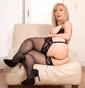 Anilos Nina Hartley pleasures her pussy with her experienced fingers