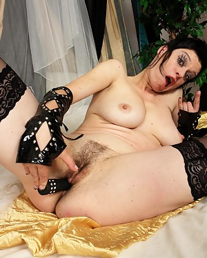 This mature minx loves to get nasty on herself