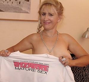 This blonde mature slut makes herself cum