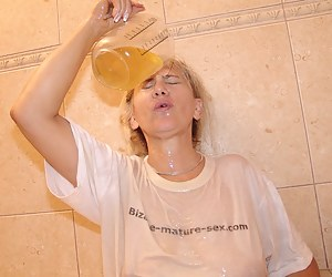 Pissloving mature granny gets a urine wash