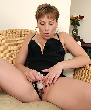 Petite 39 year old Brandi Minx from AllOver30 explores her hot pussy