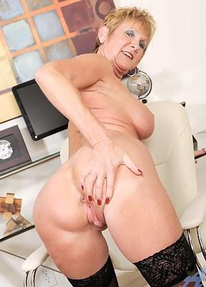 Anilos granny Honey Ray enjoys the magic wand vibrations on her clitoris