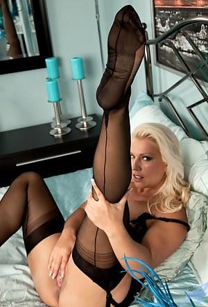 Wild Anilos Lana Cox fingers her craving cougar twat