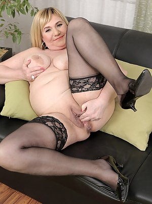 Curvy blonde Venuse grabs her big breasts