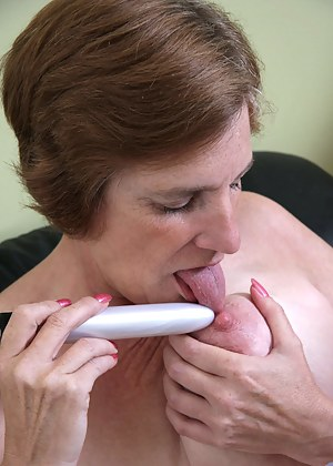 Anilos granny Ray Lynn looks great as she masturbates with her powerful silver vibrator