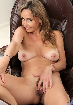 Horny cougar peels off her pantyhose to play with her furry twat