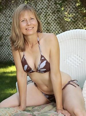 Bikini MILF Porn Pictures