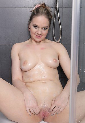 33 year old housewife Niky DeVine cleans her mature pussy in the shower