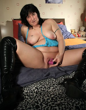 Mature Rita loves to play with herself