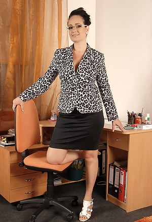 Office gal Ria Black takes a break from her duties to spread her pussy