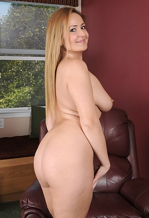 Elexis Monroe shows off her perfect butt