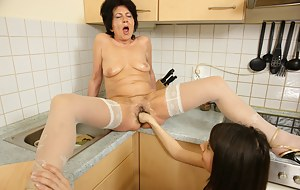 Horny mature slut getting fisted by a hot babe