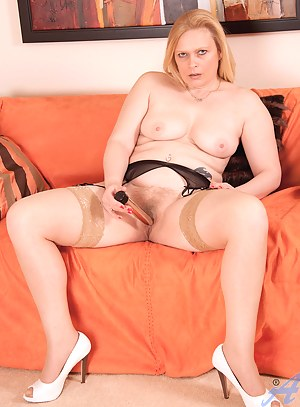 Blonde Anilos Tamara stretches her mature pussy with a gold dildo on the couch