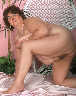 Chunky mature model showing her stuff