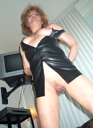 This sassy mature slut loves to play