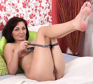 Anilos milf stuffs her mature pussy with a vibrator